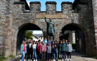 Schrenzerschüler zeigen großes Interesse für Römischen Pferdekopf