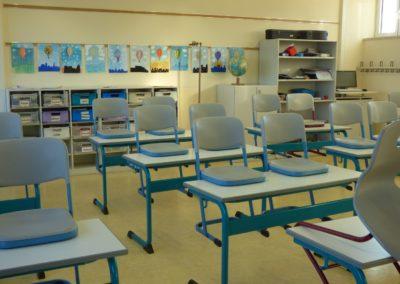 Klassenraum und Schulgebäude 2