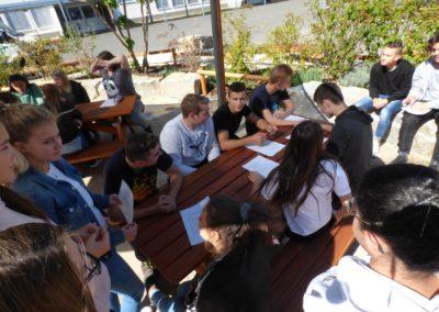 Schulhof Gruppenarbeit