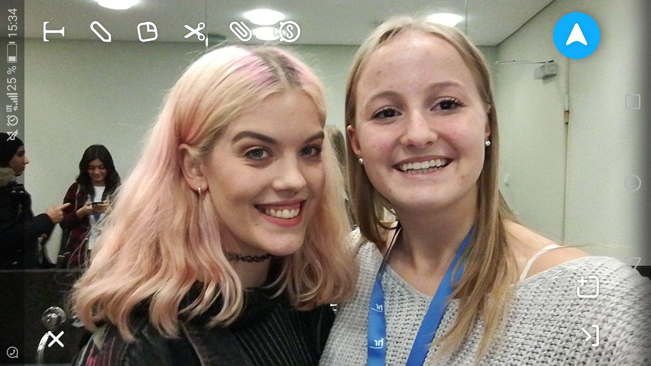 YouTube-Star Selina Schruppert(l.) und Kiara Mauler von der Schrenzerschule