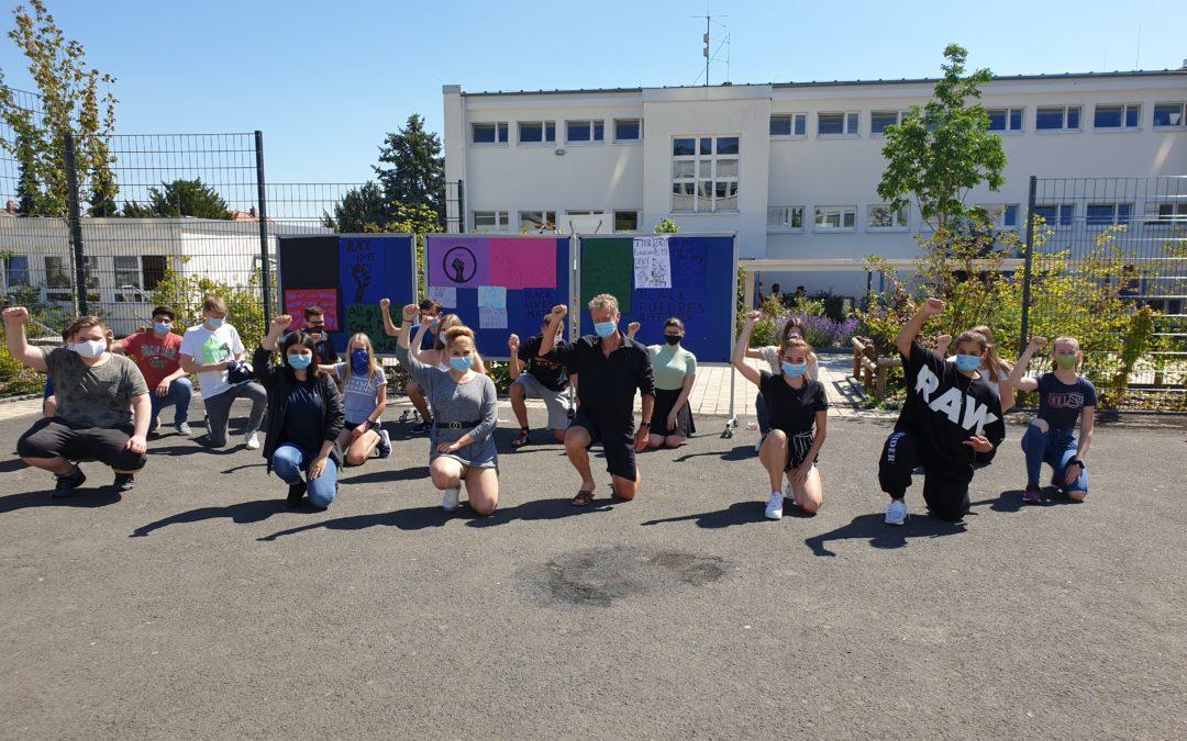Schrenzerschule zeigt Flagge gegen Rassismus
